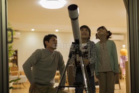 天体観測をする父親と子供たちの写真素材 [FYI01623396]