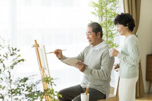絵画をして楽しむシニア夫婦の写真素材 [FYI01623398]