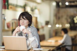 カフェで仕事をするビジネスウーマンの写真素材 [FYI01623407]