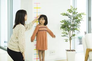 身長を測る女の子の写真素材 [FYI01623410]