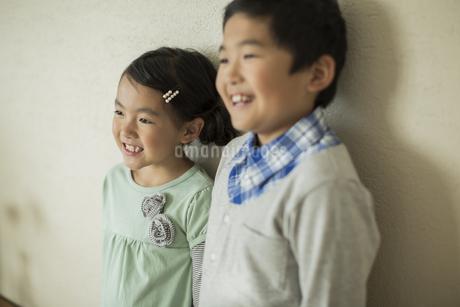 兄と妹のポートレートの写真素材 [FYI01623415]