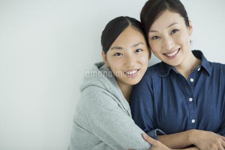 笑顔で寄り添う母親と娘の写真素材 [FYI01623424]