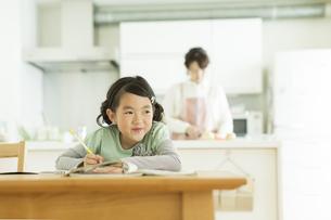 テーブルで勉強をする女の子の写真素材 [FYI01623427]