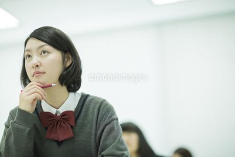 塾で勉強をする女子高校生の写真素材 [FYI01623429]