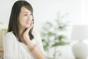 40代日本人女性の美容イメージの写真素材 [FYI01623432]