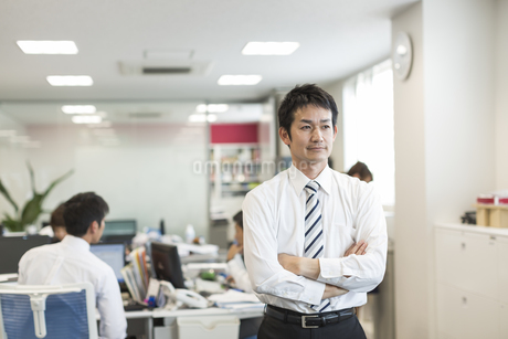 腕組みをして考えるビジネスマンの写真素材 [FYI01623434]