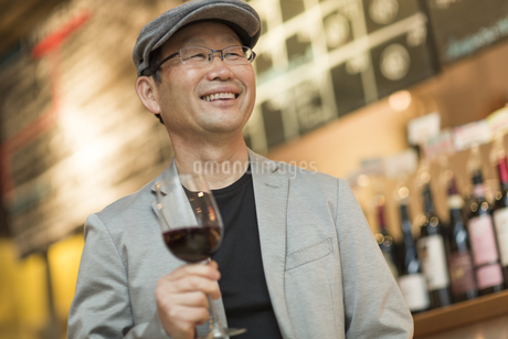 バーでワインを飲むシニア男性の写真素材 [FYI01623441]