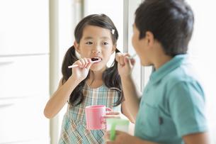 歯磨きをする兄と妹の写真素材 [FYI01623442]