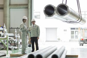 工場で働く2人の作業員男性の写真素材 [FYI01623449]