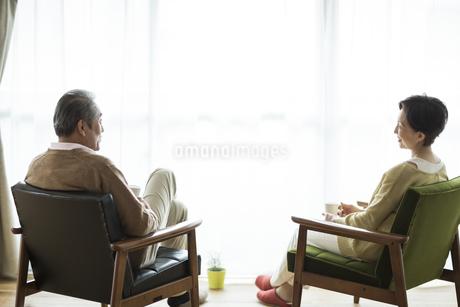 椅子に座り会話をするシニア夫婦の写真素材 [FYI01623456]