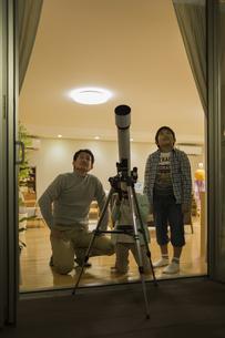天体観測をする父親と子供たちの写真素材 [FYI01623457]