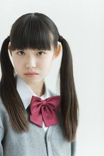 真剣な表情の女子中学生の写真素材 [FYI01623467]