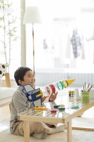 ペットボトルのロケットを持つ男の子の写真素材 [FYI01623473]