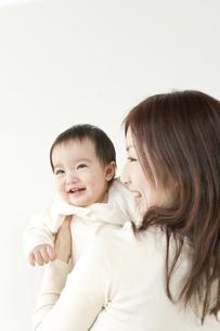 お母さんに抱き上げられた赤ちゃんの写真素材 [FYI01623478]