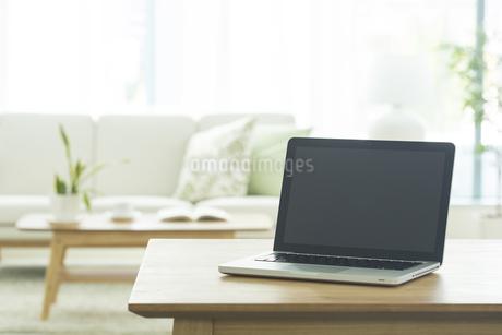 テーブルに置かれたノートパソコンの写真素材 [FYI01623482]