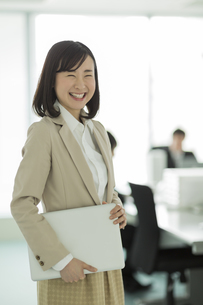オフィスで笑顔のビジネスウーマンの写真素材 [FYI01623488]