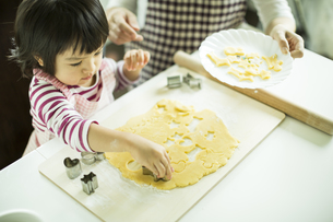 クッキー作りをする女の子の写真素材 [FYI01623493]