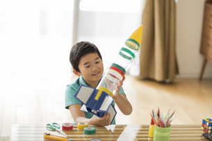 ペットボトルでロケットを作る男の子の写真素材 [FYI01623494]