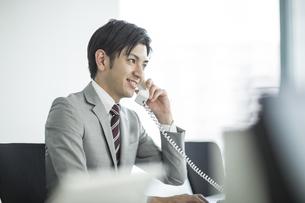 電話をするビジネスマンの写真素材 [FYI01623498]