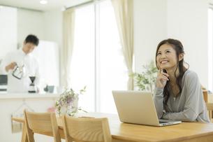 テーブルでパソコンをする女性の写真素材 [FYI01623499]