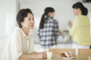 テーブルで考える祖母の写真素材 [FYI01623500]