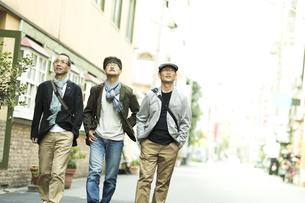 街を歩くシニア男性の写真素材 [FYI01623513]