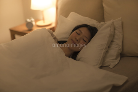 ベットで眠る女性の写真素材 [FYI01623515]
