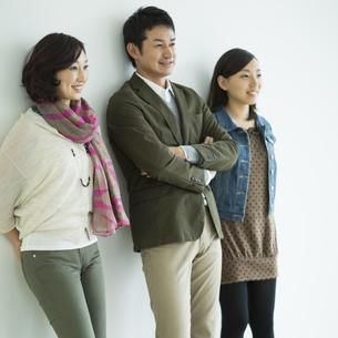 日本人3人家族の写真素材 [FYI01623521]