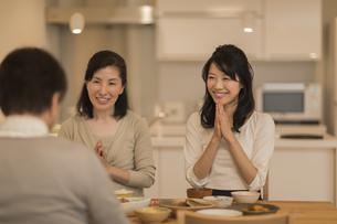 食事をする三人家族の写真素材 [FYI01623527]