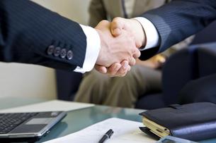 握手をする会社員と営業マンの写真素材 [FYI01623528]