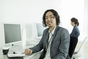 オフィスで働くビジネスマンの写真素材 [FYI01623540]