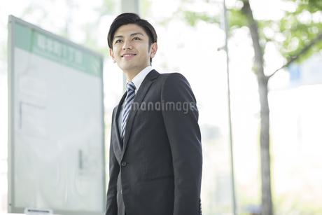 通勤をするビジネスマンの写真素材 [FYI01623544]
