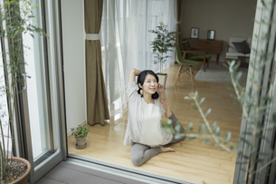 ヨガをする若い女性の写真素材 [FYI01623546]