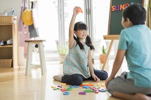 アルファベットで遊ぶ兄と妹の写真素材 [FYI01623549]