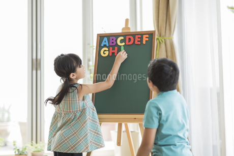 アルファベットで遊ぶ兄と妹の写真素材 [FYI01623556]