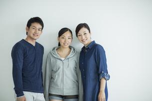 家族三人のポートレートの写真素材 [FYI01623557]