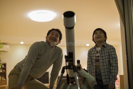 天体観測をする父親と子供たちの写真素材 [FYI01623560]