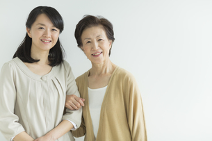 笑顔の母親と娘の写真素材 [FYI01623565]
