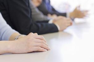 会議室での会社員の手の写真素材 [FYI01623569]