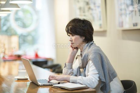 カフェで仕事をするビジネスウーマンの写真素材 [FYI01623571]