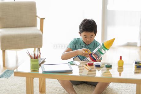 ペットボトルでロケットを作る男の子の写真素材 [FYI01623577]