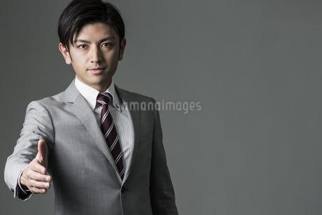 握手を求めるビジネスマンの写真素材 [FYI01623585]