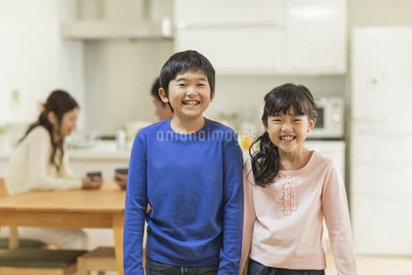 笑顔の兄と妹の写真素材 [FYI01623596]