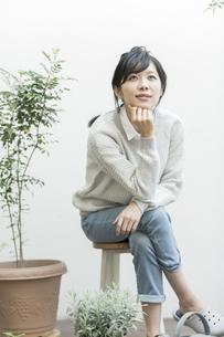 テラスで椅子に座る女性の写真素材 [FYI01623599]