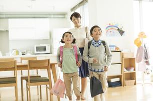 一緒に出かける親子の写真素材 [FYI01623602]