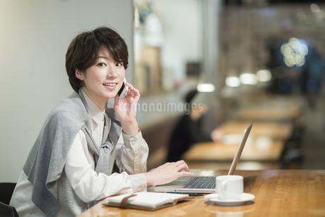 カフェで仕事をするビジネスウーマンの写真素材 [FYI01623603]