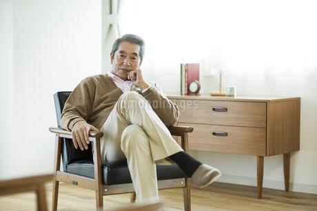 椅子に座るシニア男性の写真素材 [FYI01623609]