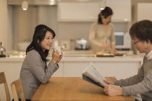 ダイニングテーブルでお茶を飲む娘の写真素材 [FYI01623615]