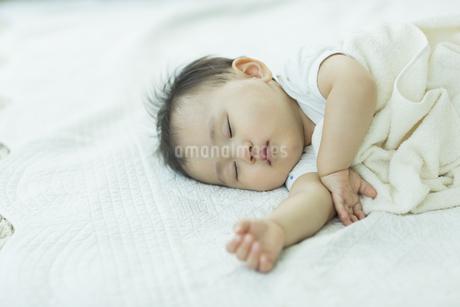 眠る赤ちゃんの写真素材 [FYI01623620]