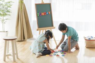 アルファベットで遊ぶ兄と妹の写真素材 [FYI01623648]